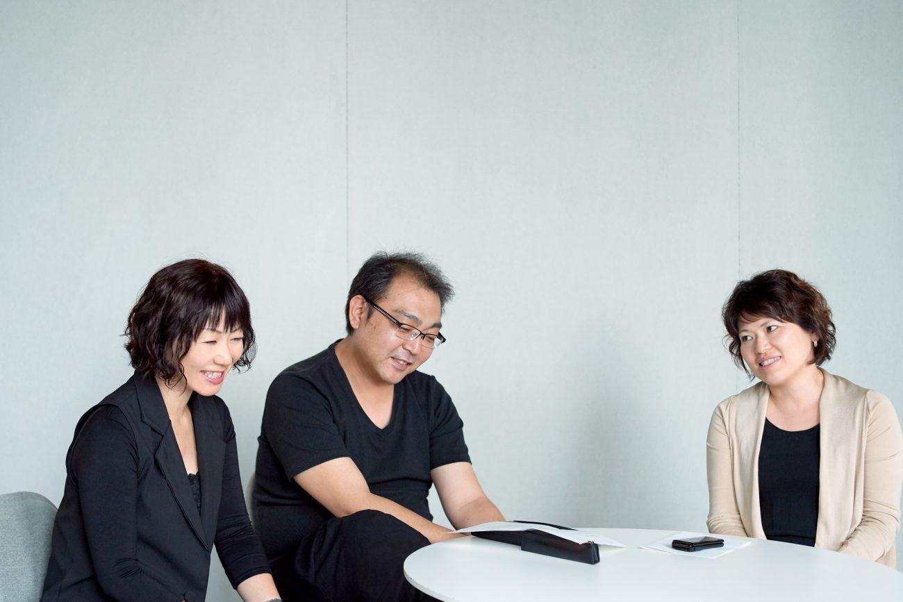 左からコーディネーターの吉田 ゆかり、圓城 智則、阿部 昌子<br> 圓城はイメージエディティングもこなす